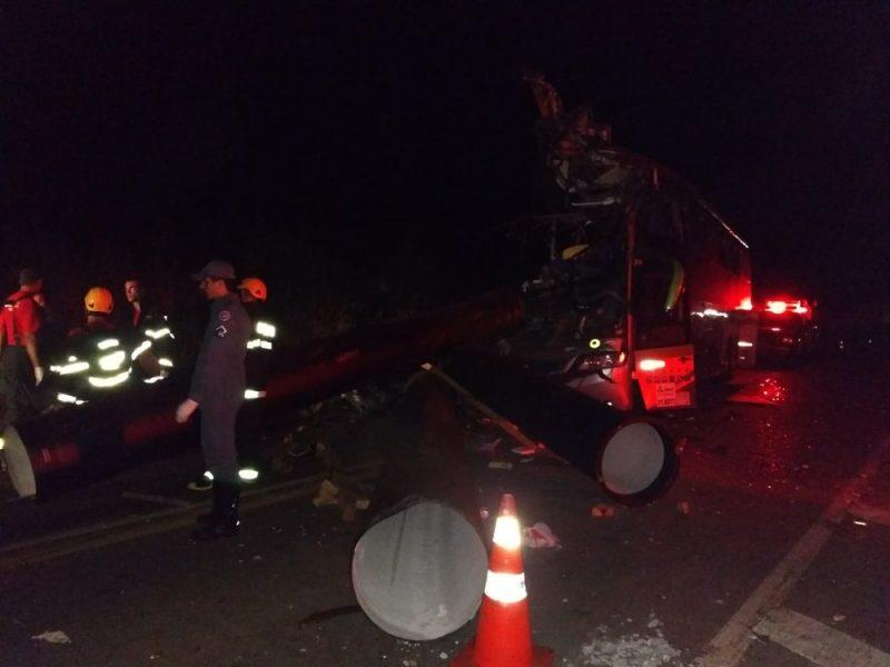 Acidente entre ônibus, carreta e caminhonete deixa sete mortos na BR 116
