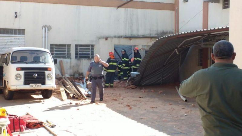 Teto de escola desaba no Brasil e crianças ficam sobre escombros
