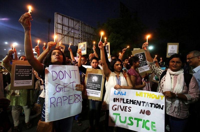 Índia prende suspeito de estuprar e queimar viva adolescente de 16 anos