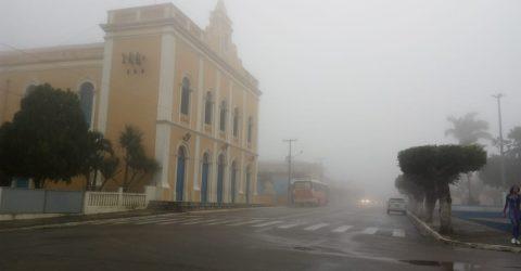 Araruna, no Agreste paraibano, coberta por densa neblina